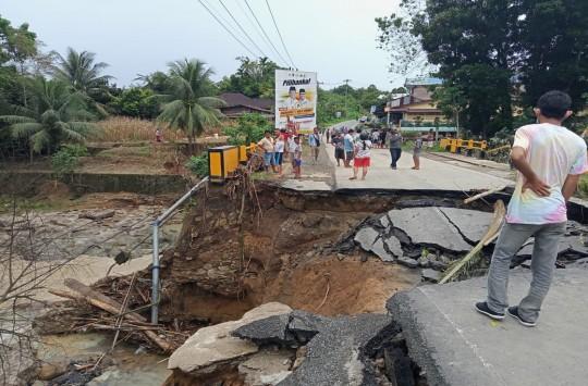 Air Sungai Meluap Hancurkan Jembatan Tanah Jawa